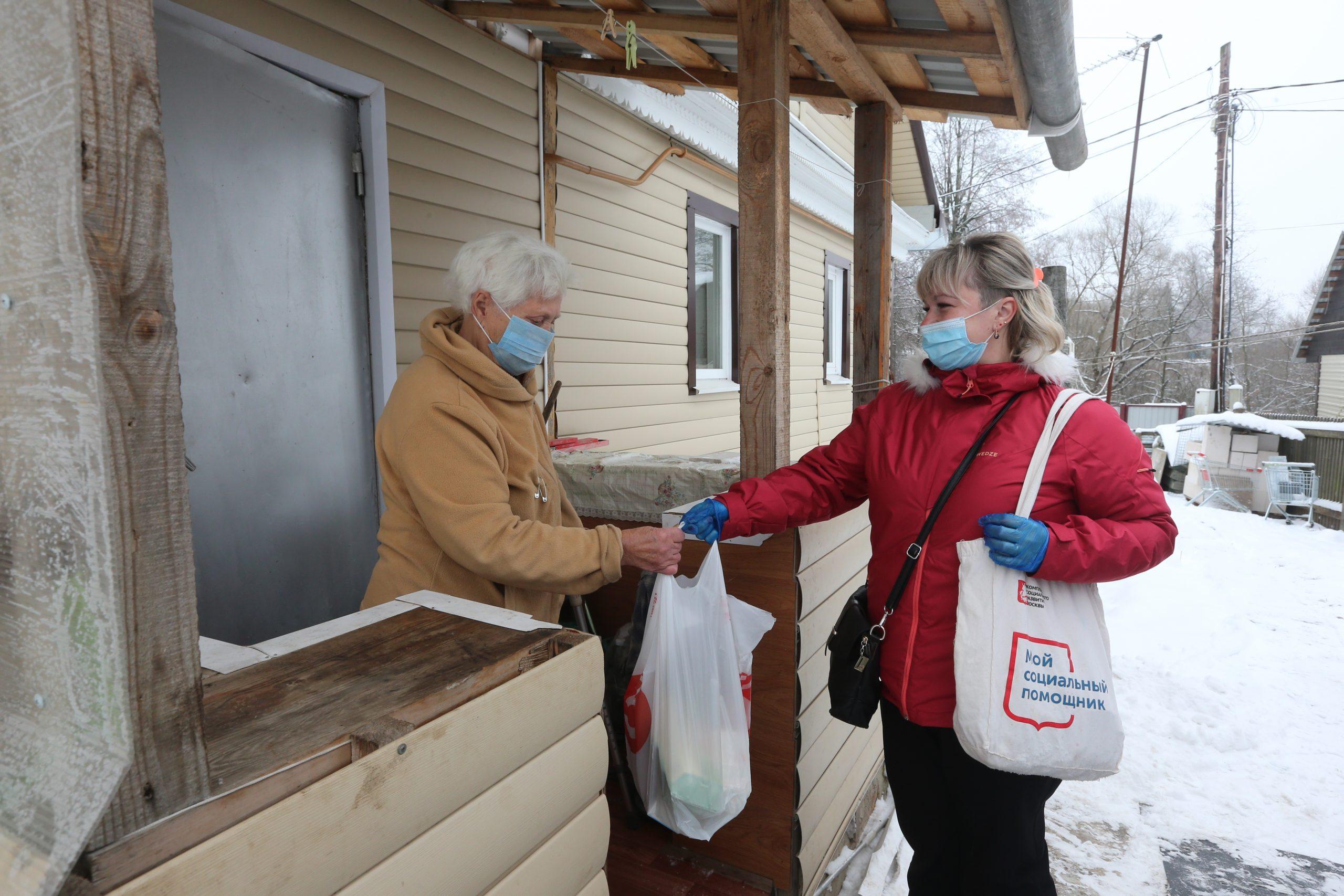 Волонтеры развезли более 1200 упаковок лекарств москвичам на самоизоляции