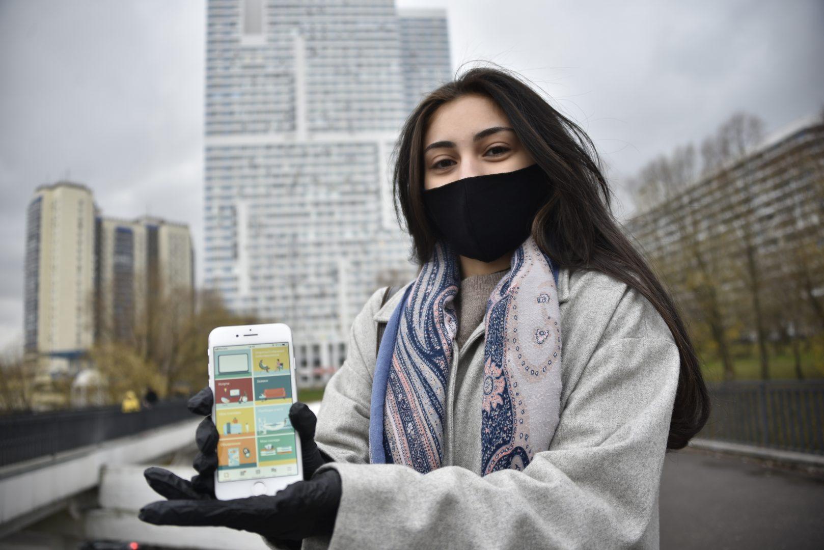16 ноября 2020 года. Екатерина Миронова довольна новой версией приложения «Электронный дом», ведь оно позволяет ей участвовать в собраниях жильцов в любом месте и в любое время. Фото: Пелагия Замятина