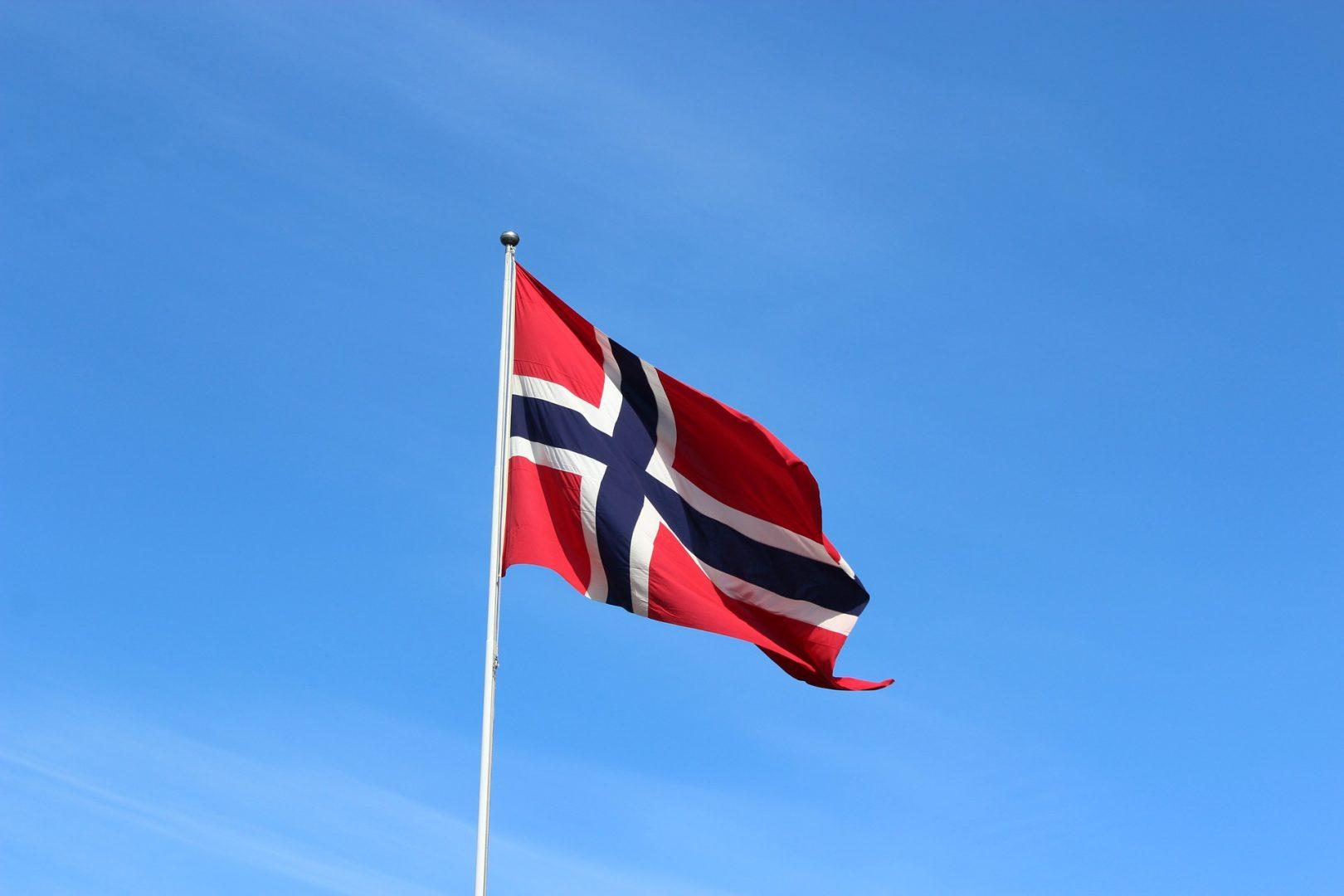 В Норвегии для защиты от COVID-19 рекомендуют надевать на лицо сразу две маски В Норвегии для защиты от COVID-19 рекомендуют надевать по две маски одновременно В Норвегии рассматривают введение рекомендации по ношению двух медицинских масок одновременно Специалисты норвежской системы здравоохранения рассматривают возможность ввести рекомендацию по ношению двух масок одновременно для более эффективной защиты от коронавируса, сообщила норвежская телерадиокомпания NRK. — Американское исследование показывает, что надетые одна поверх другой две маски могут обеспечить большую безопасность от заражения коронавирусной инфекцией. Норвежские власти в сфере здравоохранения рассматривают возможность введения такой рекомендации,— говорится в сообщении. Фотографии американского ученого-инфекциониста Энтони Фаучи в двух масках, надетых одна поверх другой, облетели многие СМИ – по мнению американца, это может быть разумно с точки зрения безопасности. Эту гипотезу подтвердило американское исследование, результаты которого стали известны на этой неделе, отмечает телекомпания. Помощник главы норвежского директората по здравоохранению Эспен Роструп Накстад, который прежде скептически относился к идее использования двух масок, после ознакомления с результатами исследования признал, что этот метод может быть эффективен. Эксперт объяснила, как продлить срок службы тканевой маски — Этот метод может дать значительный эффект в том случае, если одна маска надета не совсем правильно, поэтому может быть разумно использовать еще и верхнюю маску, которая прижмет нижнюю, медицинскую, чтобы под нее не проникала инфекция,— приводит телекомпания слова Накстада. Он отметил, что те маски, которые обычные жители в большинстве своем используют, не дают оптимальной защиты, поскольку недостаточно герметичны в отличие от тех, что использует медицинский персонал. Накстад сообщил телекомпании, что институт общественного здравоохранения рассмотрит новые рекомендации центра по контролю и профилактике заболевани