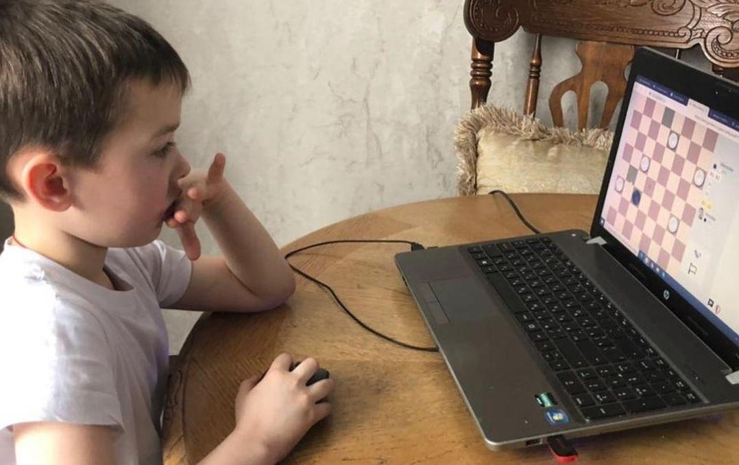 Семейно-командный онлайн-турнир по шашкам прошел в Марушкинском. Фото: страница школьного спортивного клуба «Титаны» в социальных сетях