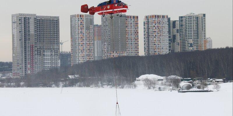 Пилоты пожарных вертолетов Московского авиацентра в Остафьево провели тренировку. Фото: пресс-служба Управления по ТиНАО Департамента ГОЧСиПБ