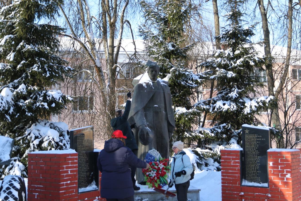 Мемориально-патронатную акцию провели представители Молодежной палаты поселения Воскресенское