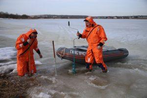 Спасатель Евгений Анохин проверяет толщину льда на водоеме в Воронове. Фото: Владимир Смоляков, «Вечерняя Москва»