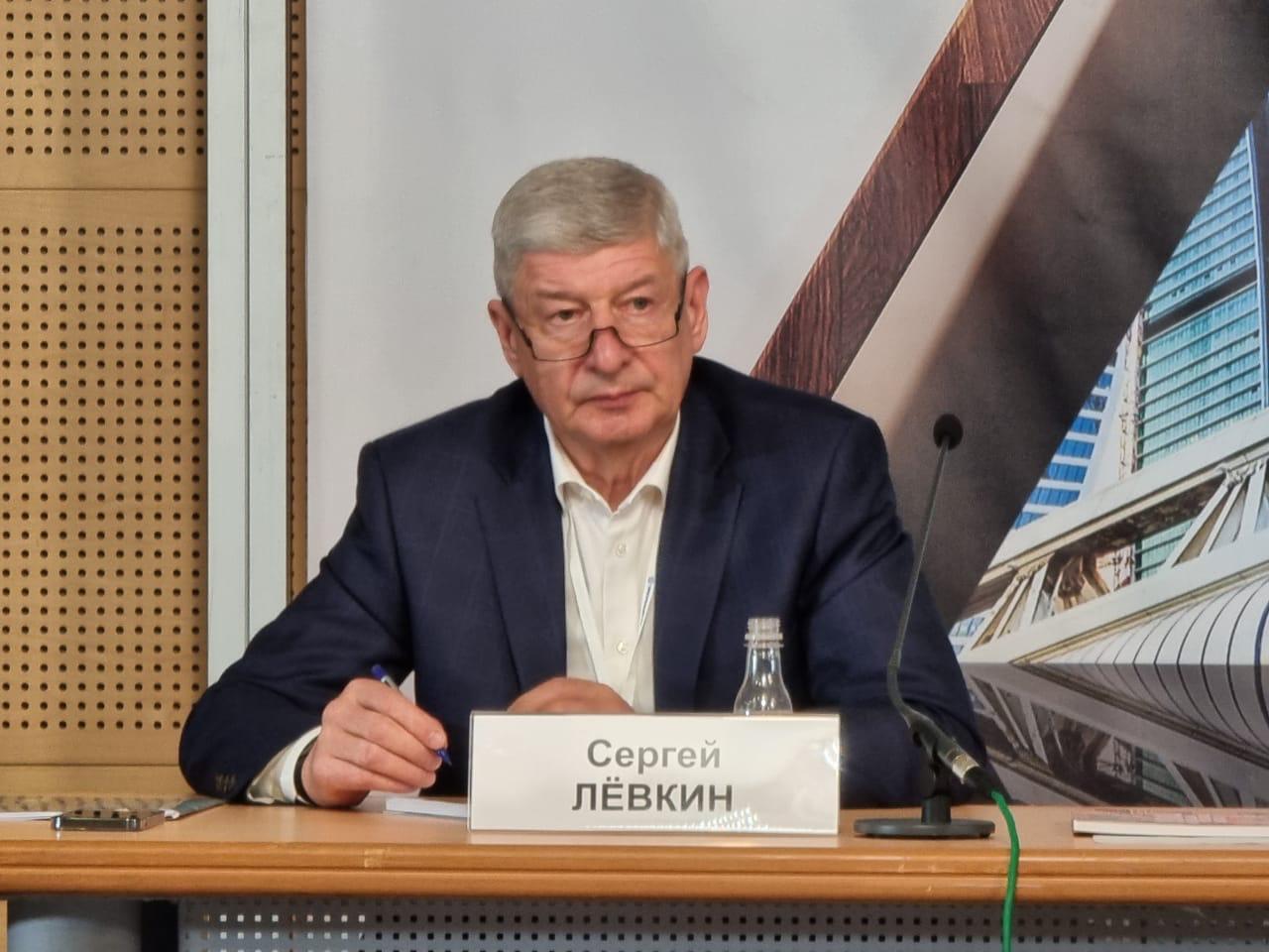 На фото руководитель Департамента градостроительной политики Сергей Левкин