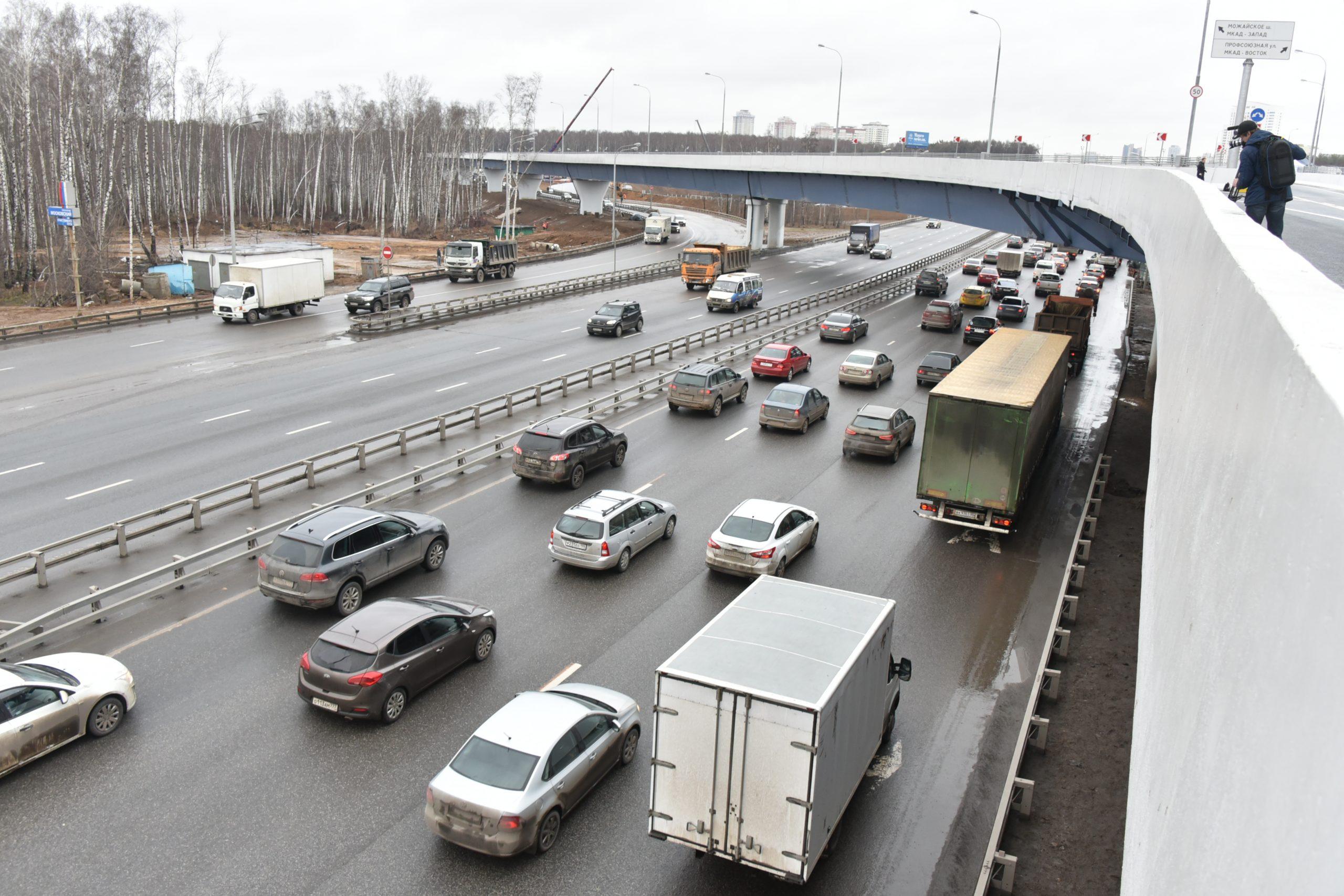 Изменение правил допуска транзитных грузовиков на МКАД отложили на месяц