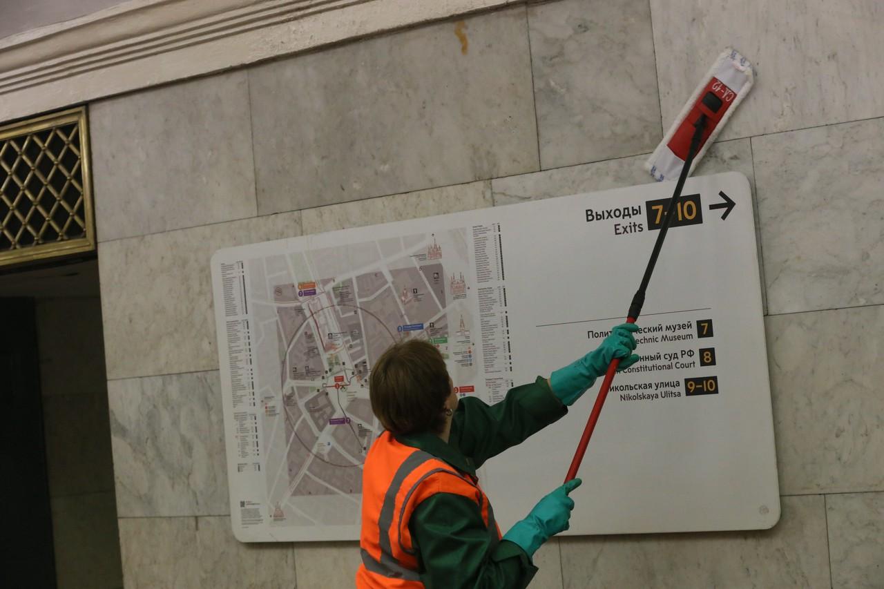 В метро Москвы вымыли более 114 тысяч «квадратов» витражей и окон