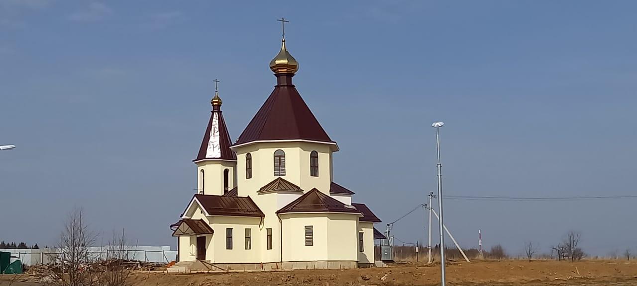 Специалисты приступили к благоустройству на территории храма в Роговском