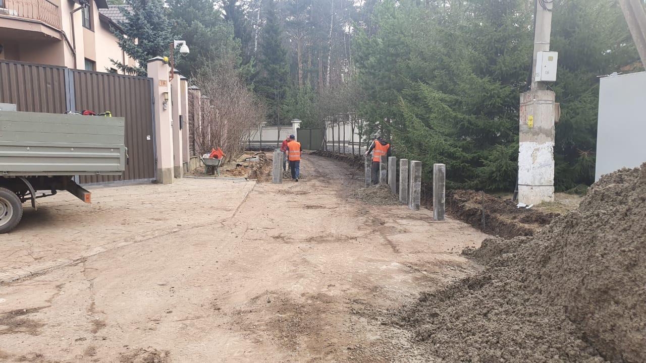 Сотрудники подрядной организации проводят ремонт дороги в поселении Воскресенское