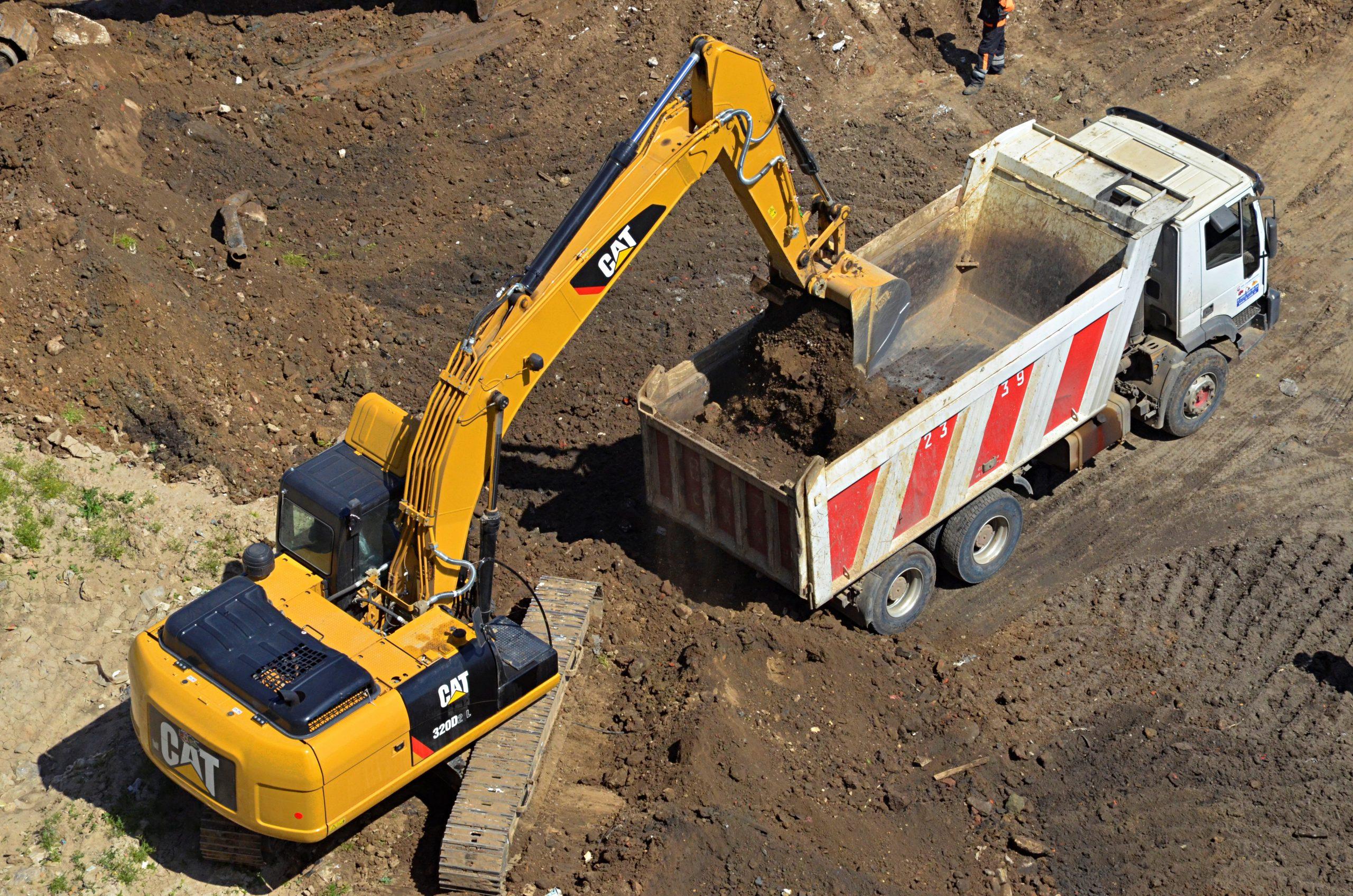 Сотрудники подрядной организации продолжили монтаж зимней горки в Роговском