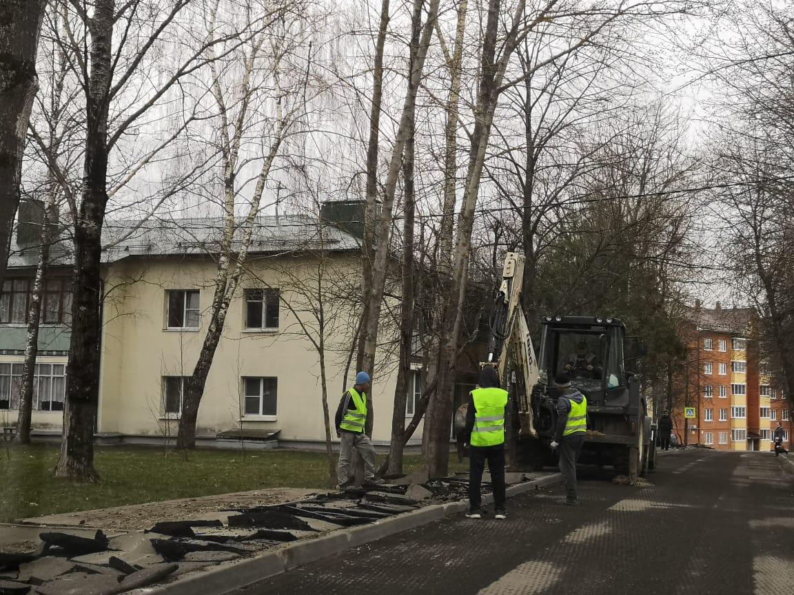 Специалисты приступили к ремонту тротуаров в Роговском
