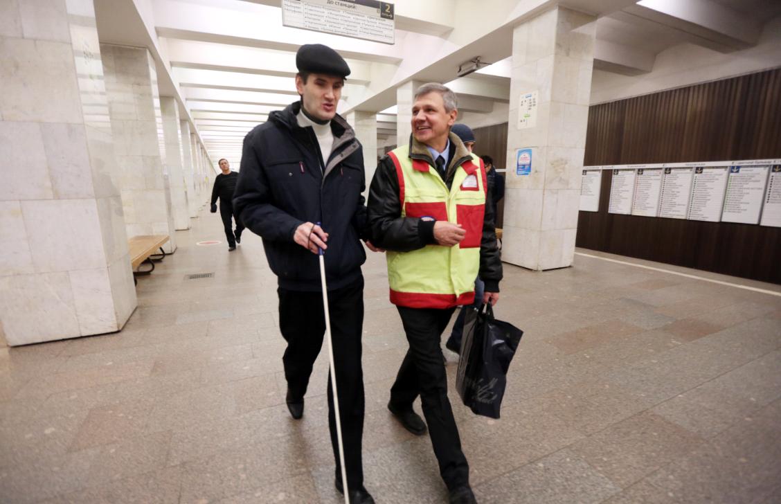 Маломобильные пассажиры смогут зарядить телефон в общественном транспорте Москвы