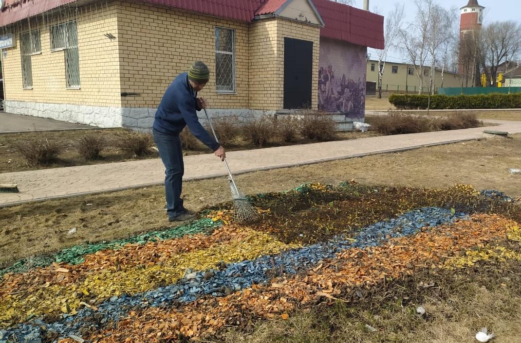 Работы по уборке декоративной щепы с клумб стартовали в Краснопахорском