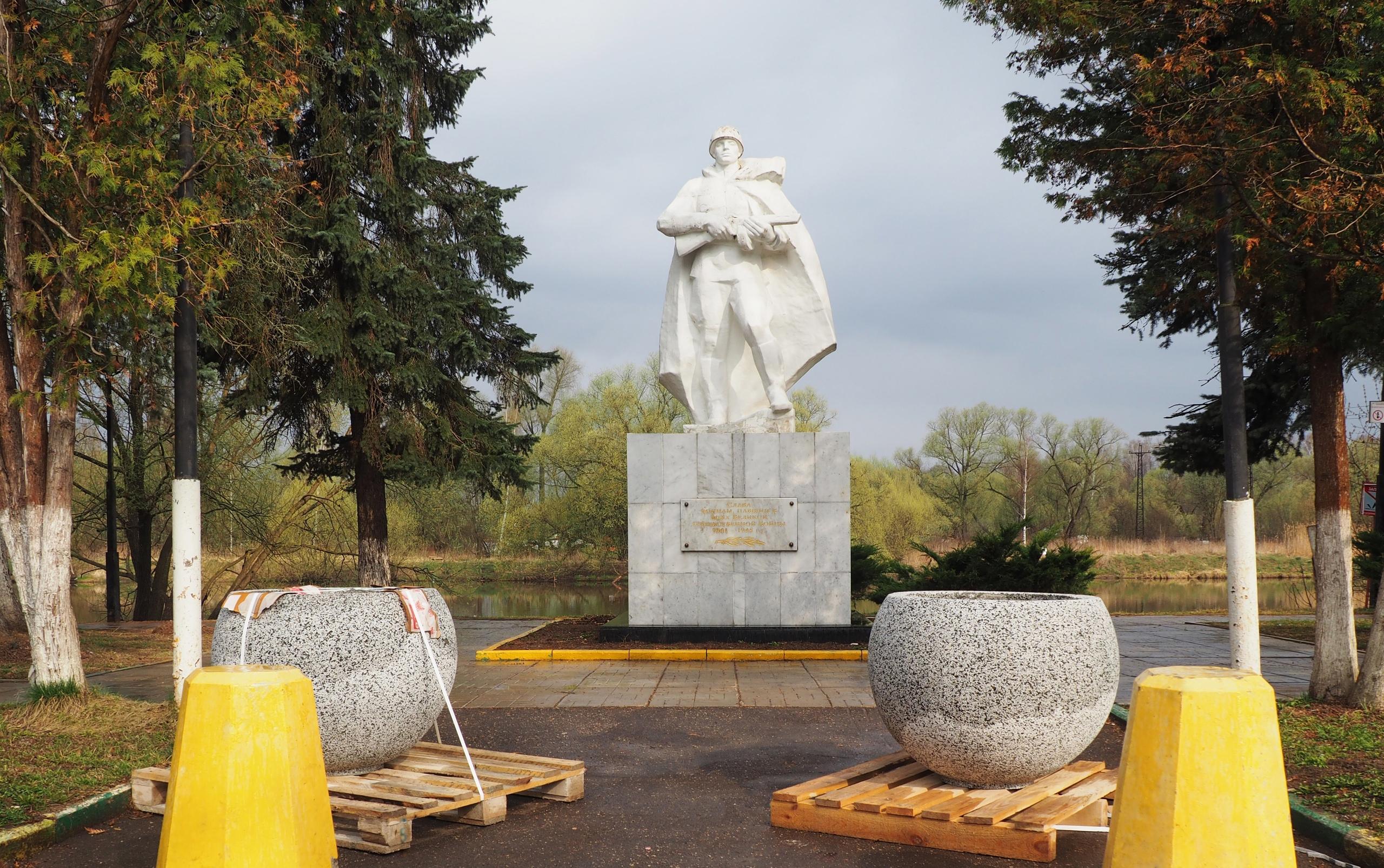 Работы по установке цветочных вазонов начали в Рязановском