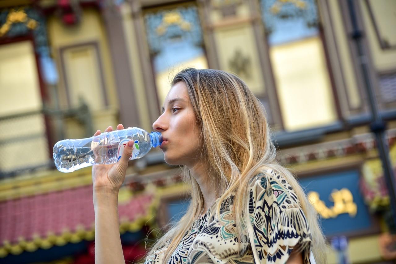 Пассажирам МЦК и метро начали раздавать воду из-за жаркой погоды