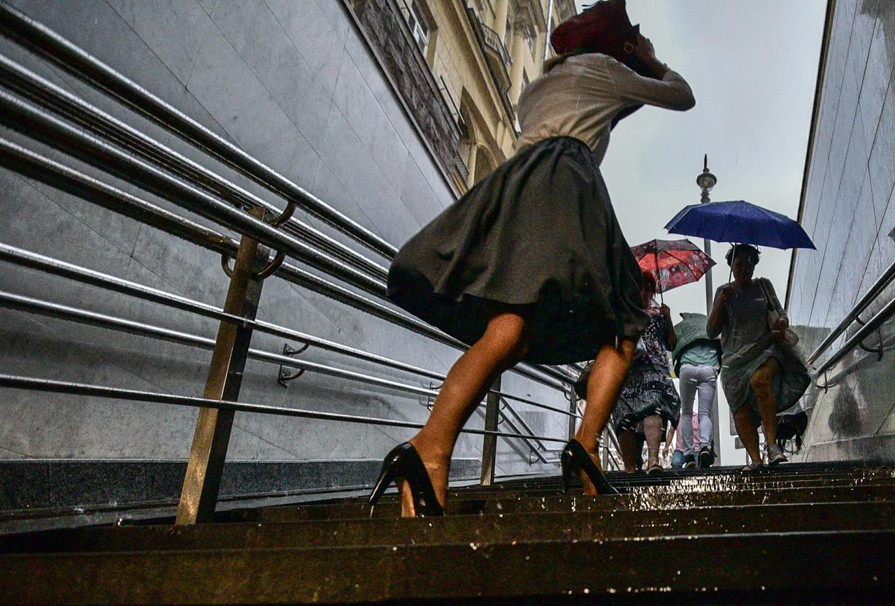 Москвичам пообещали теплые и дождливые выходные