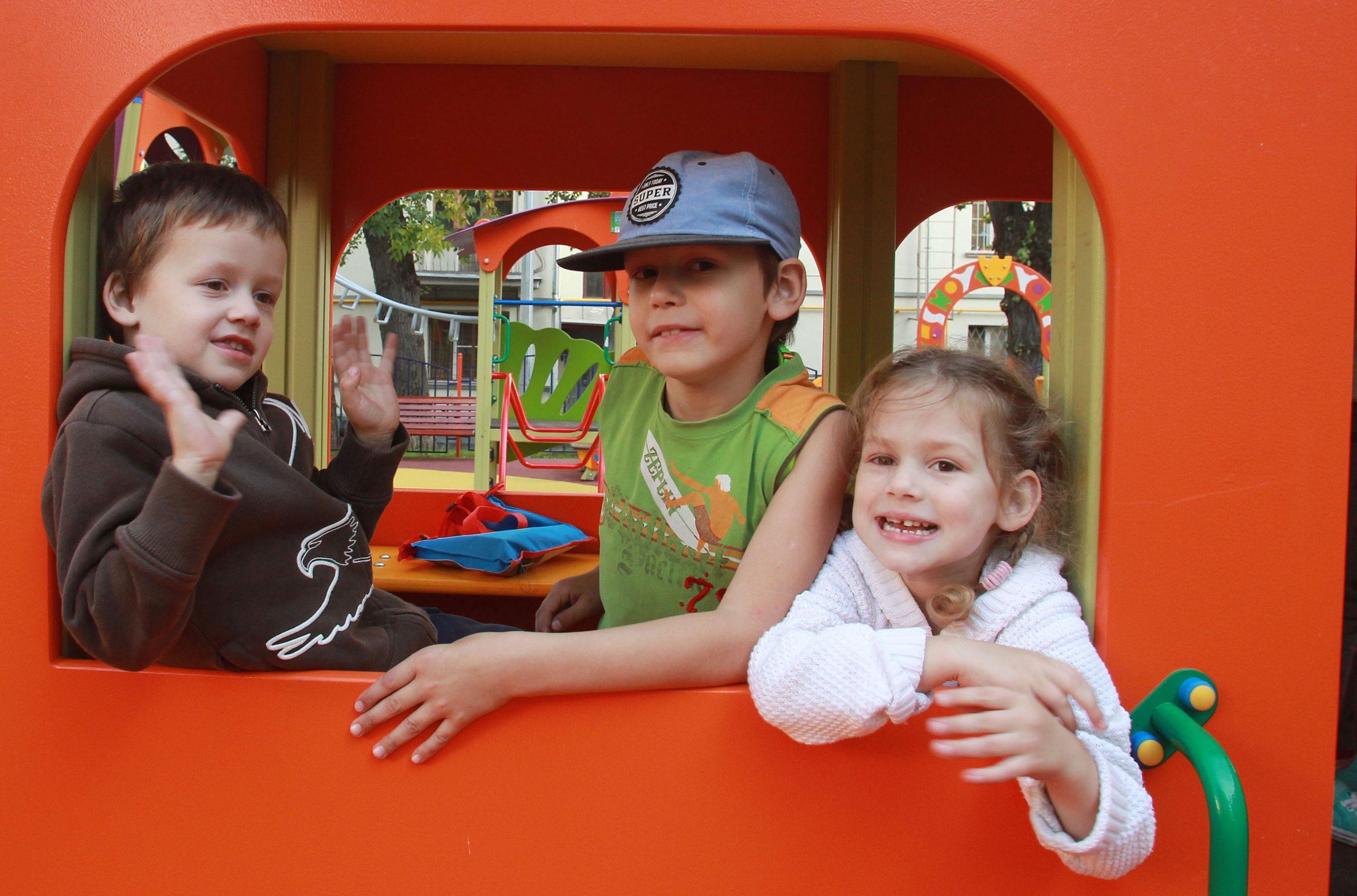 Специалисты завершили первый этап работ по устройству спортивной и детской площадок в Роговском