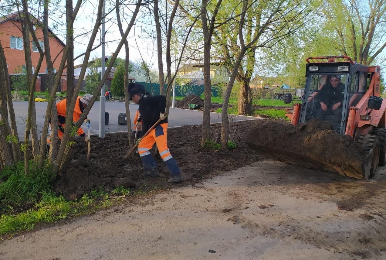 Специалисты приступили к работам по укладке брусчатки на тротуаре и планировке газона на детской площадке в Краснопахорском
