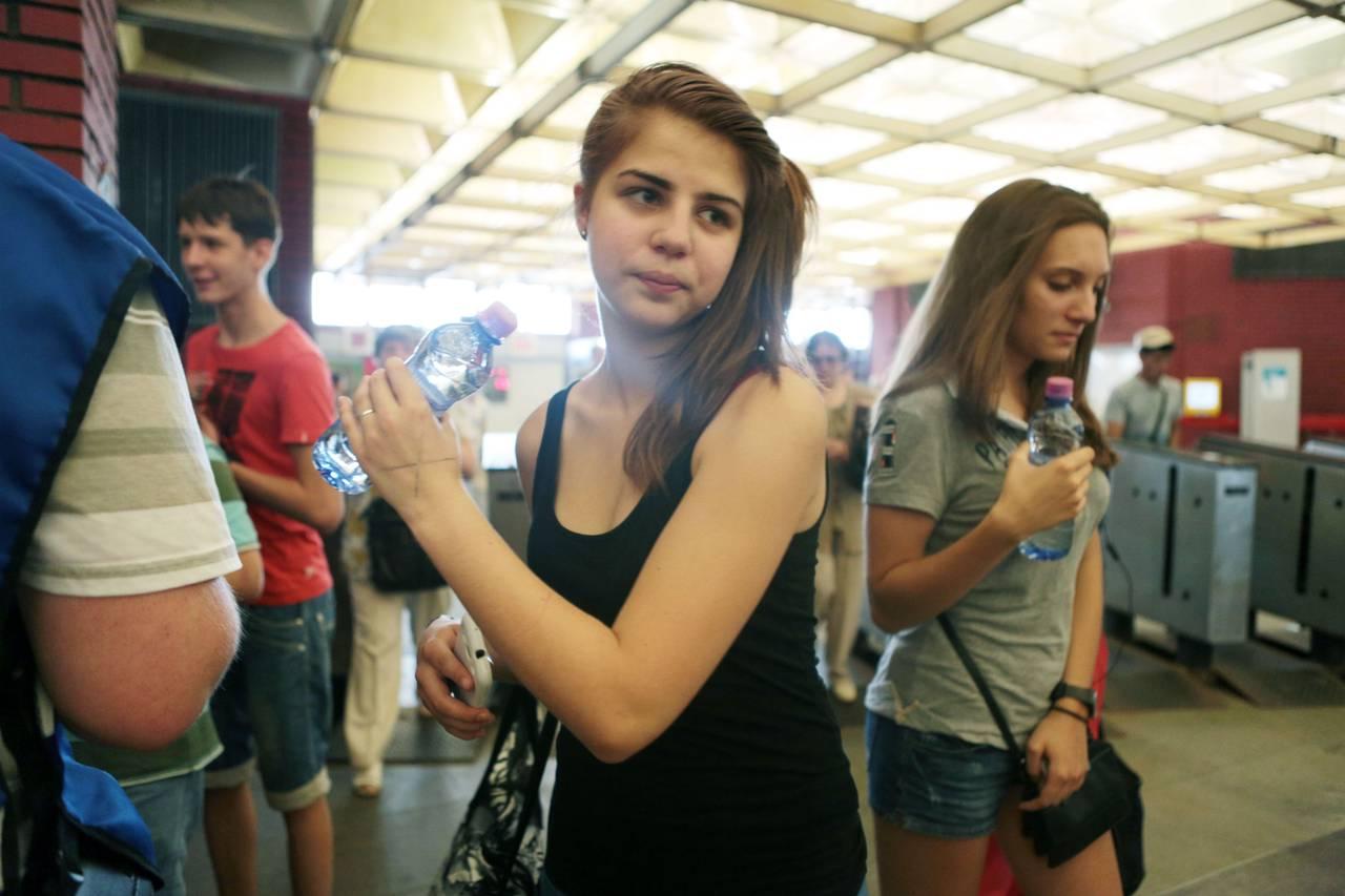 Пять тысяч бутылок с водой раздали на станциях метро и МЦК