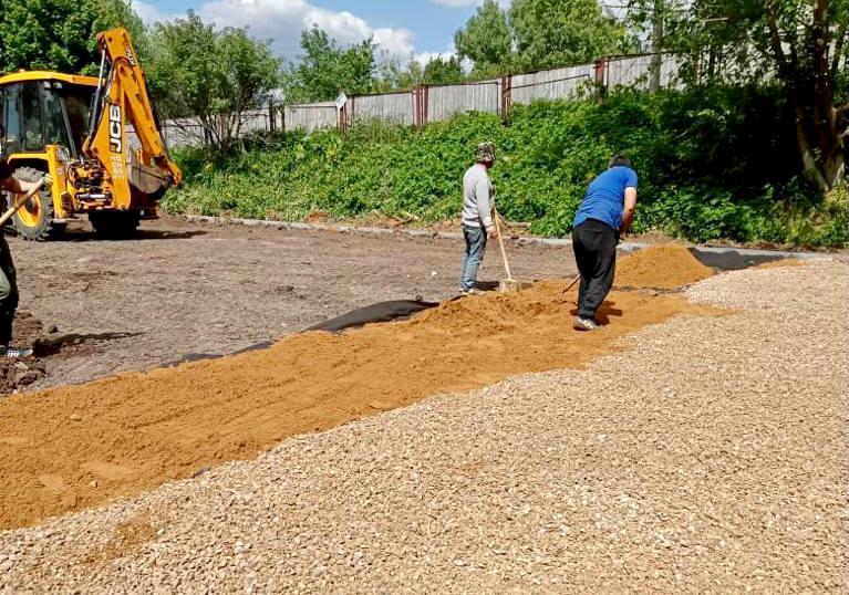 Специалисты приступили к первому этапу обустройства универсальной спортивной площадки в Десеновском