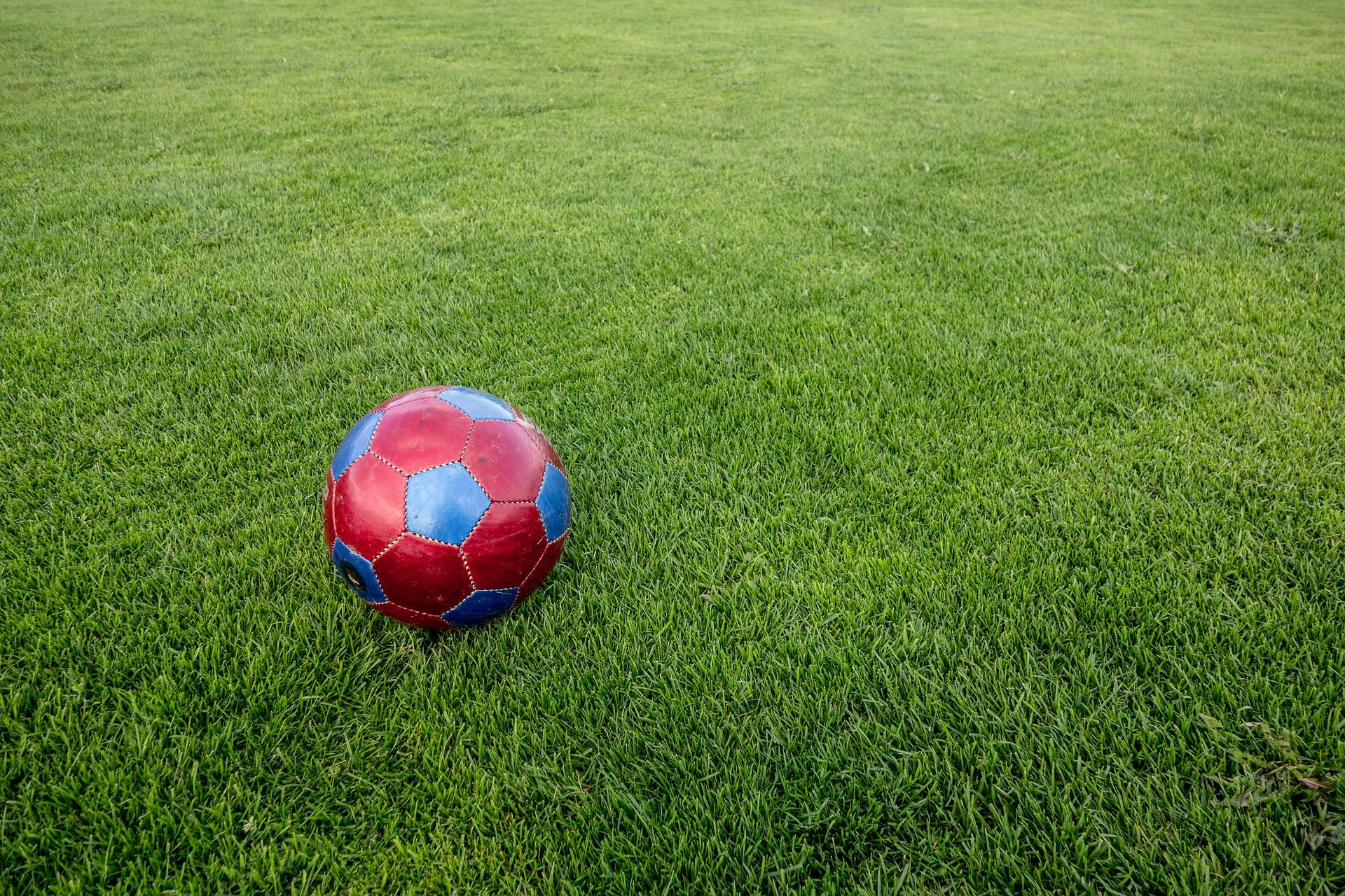 Специалисты приступили к установке ограждений на многофункциональной спортивной площадке в Краснопахорском