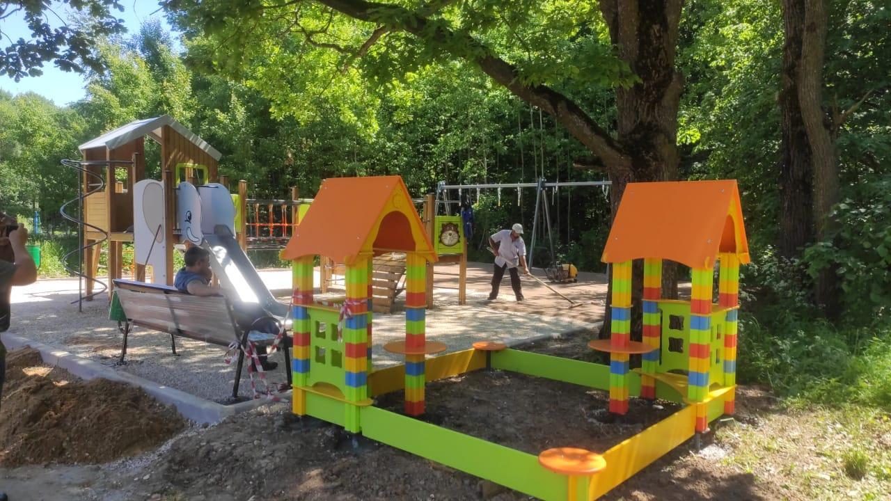 Специалисты приступили к установке оборудования на детской и спортивной площадках в деревне Лукошкино