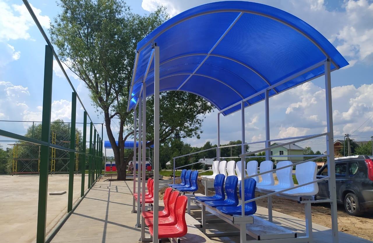 Зрительские трибуны установили на многофункциональной спортивной площадке в Краснопахорском