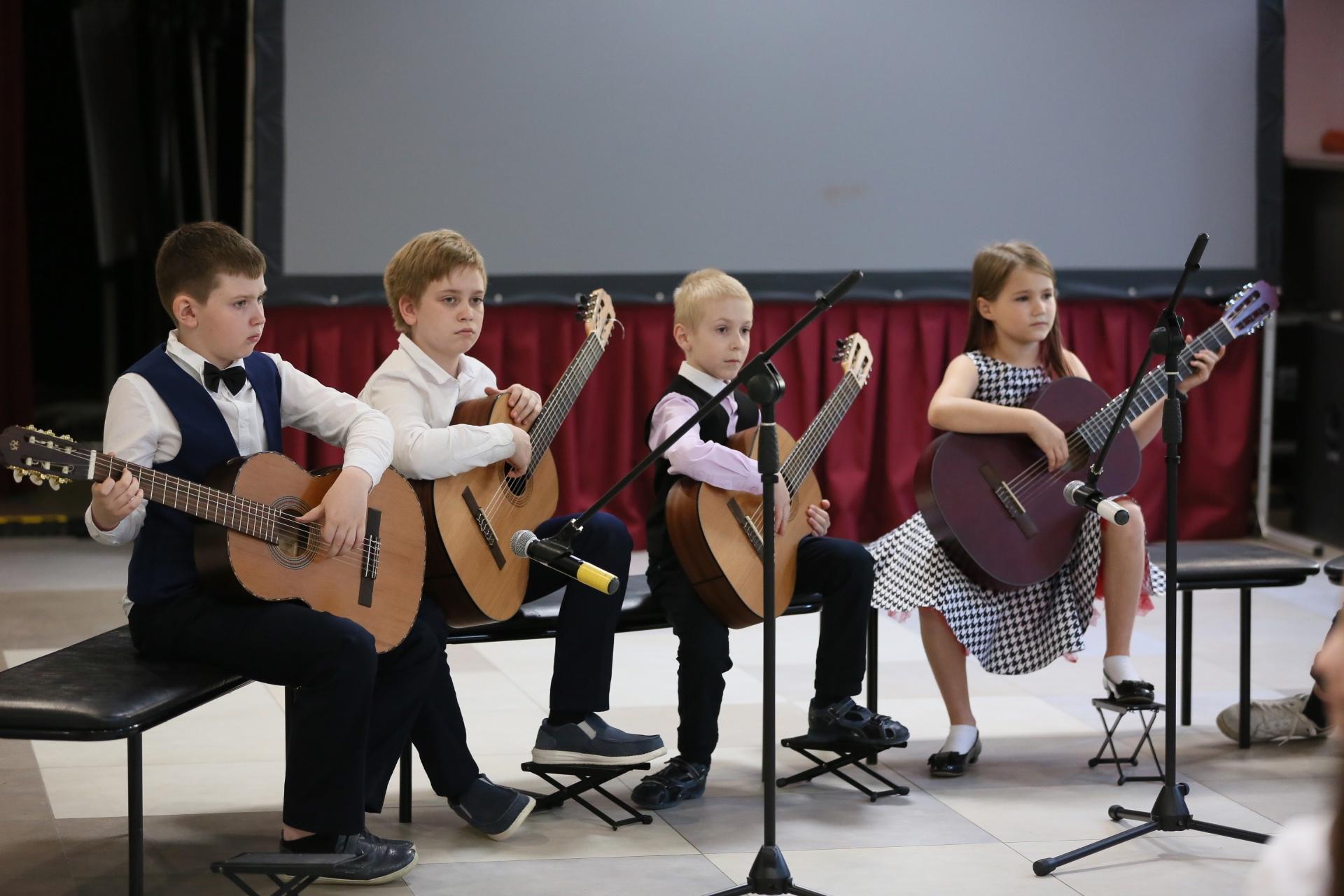 Отчетный концерт ансамбля гитаристов организовали сотрудники Дома культуры «Коммунарка» в Сосенском