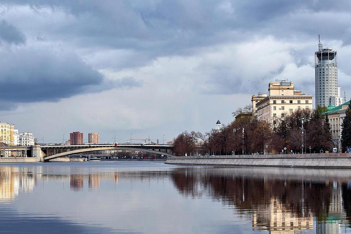 Москвичам пообещали жаркую погоду и локальные дожди в воскресенье