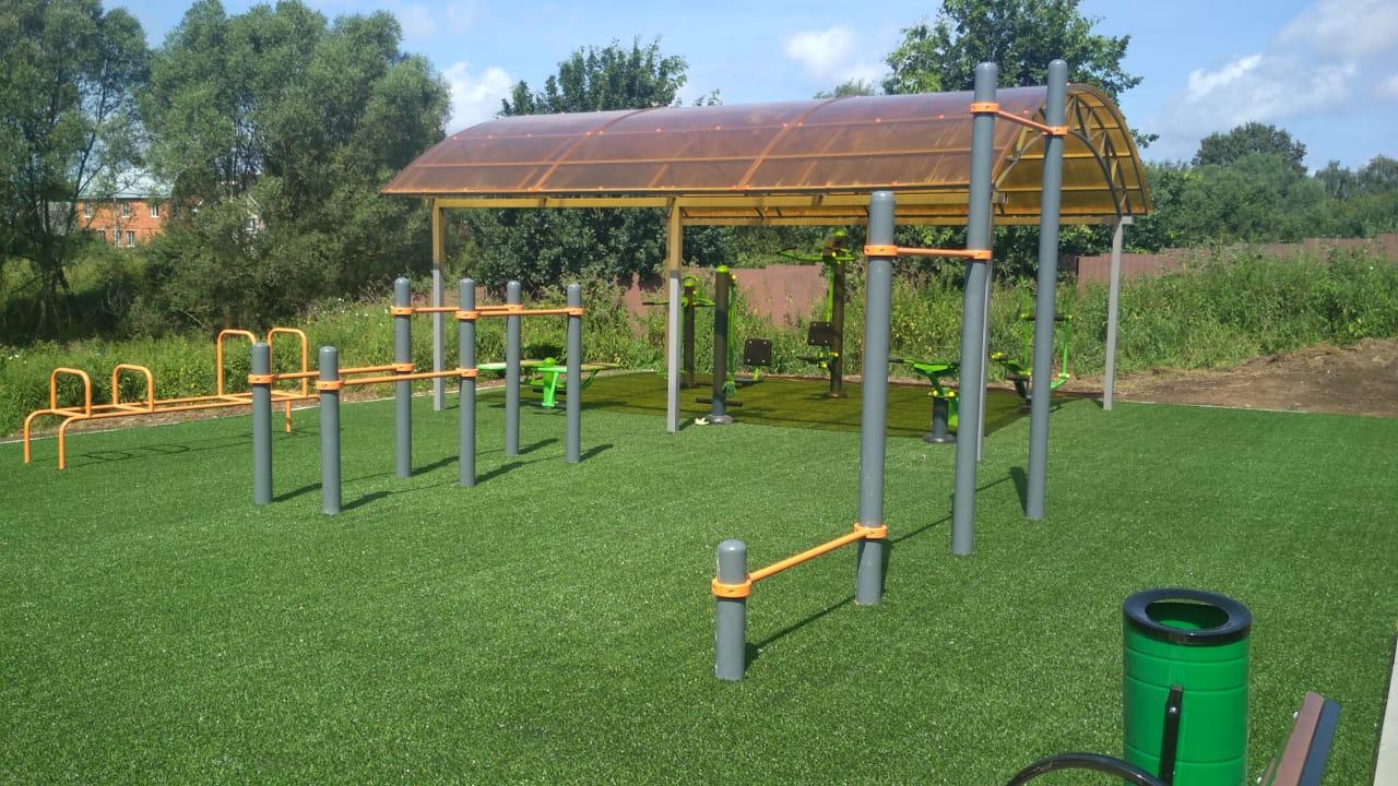 Сотрудники подрядной организации завершили строительство спортивной площадки в деревне Никоново
