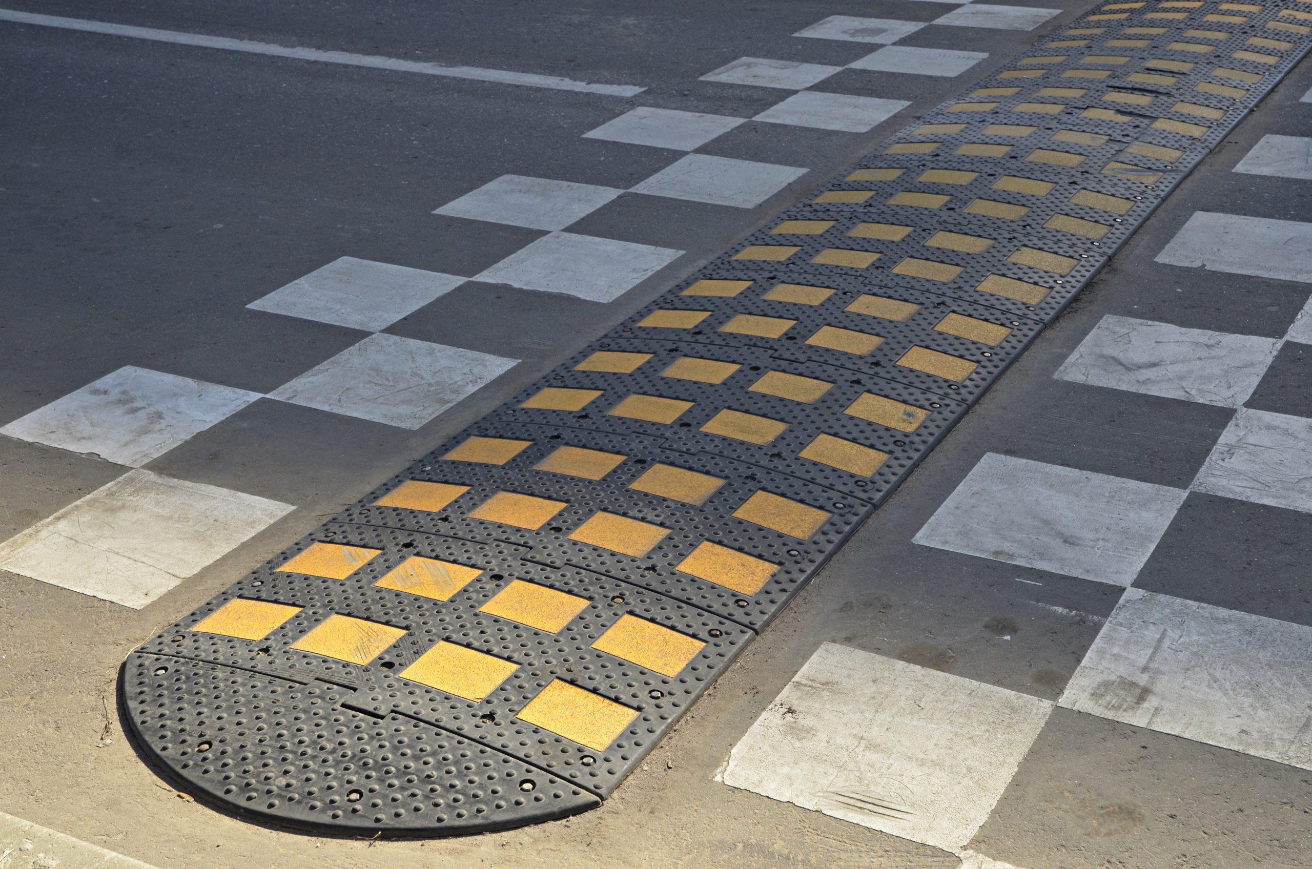 Знаки и искусственные дорожные неровности установили в Рязановском