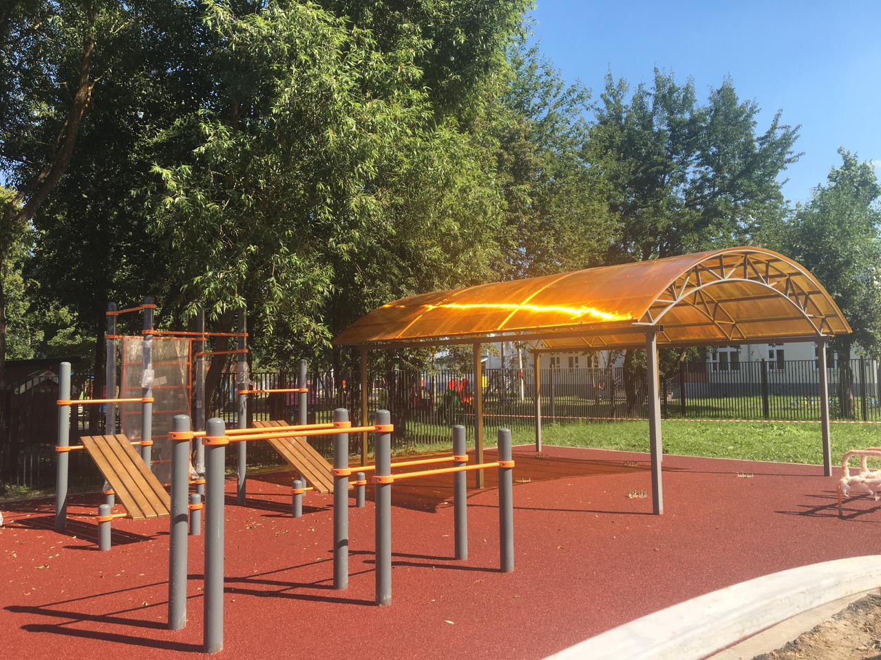 Сотрудники подрядной организации завершают благоустройство детской площадки