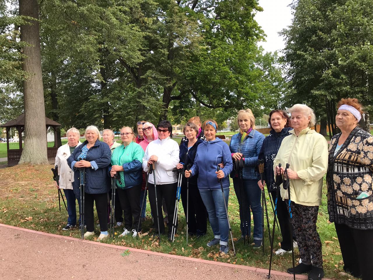 Очередную тренировку по скандинавской ходьбе провели для ветеранов Кленовского