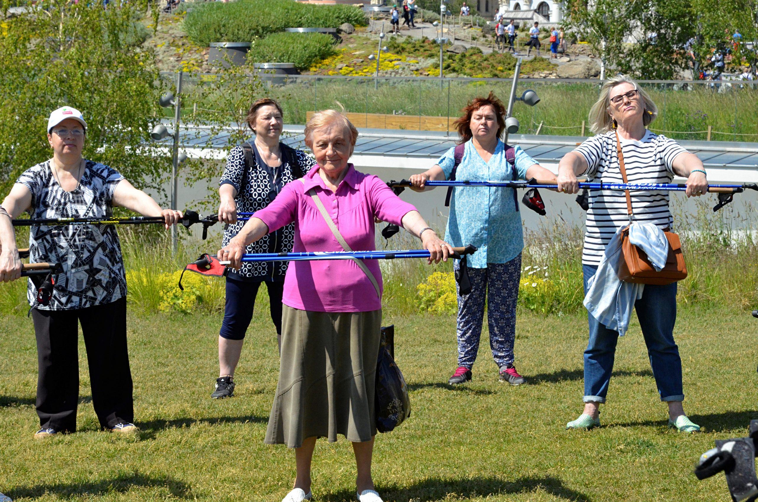 Ветераны из Кленовского посетили тренировку по скандинавской ходьбе