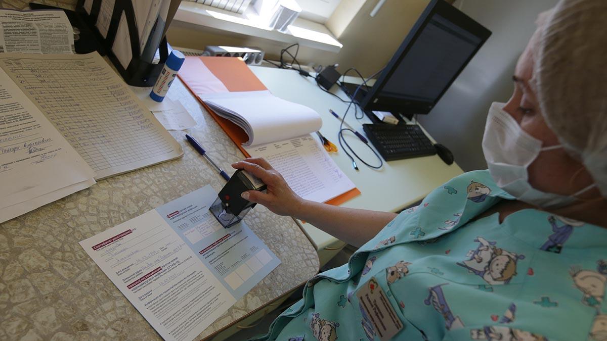 Врачи настоятельно рекомендуют пациентам с онкологией привиться от COVID-19