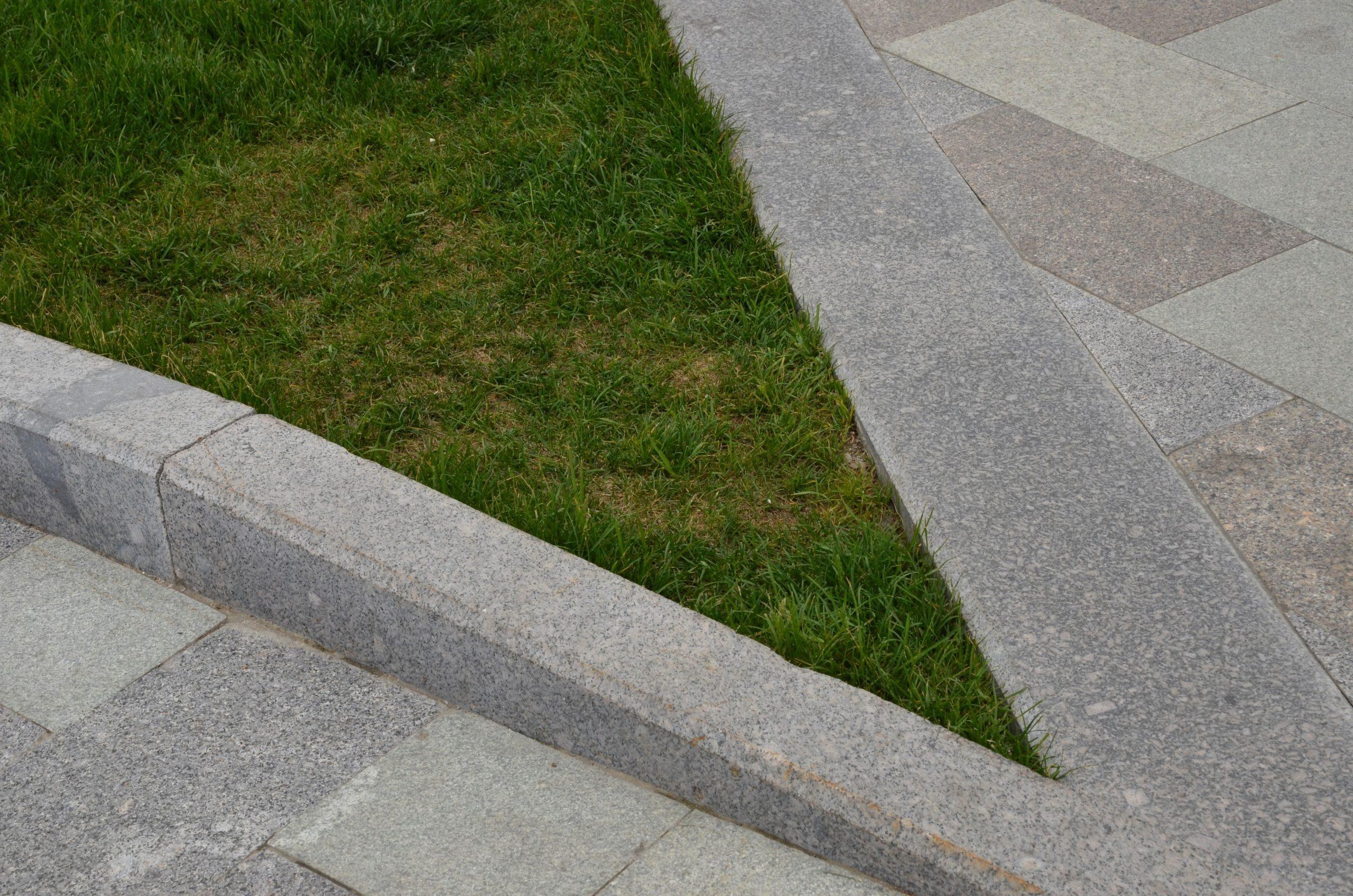 Работы по благоустройству пешеходной зоны и посевного газона завершают в Кокошкино