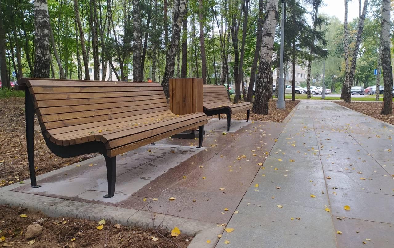 Садовые диваны и урны установили в парке «Русский лес» Краснопахорского
