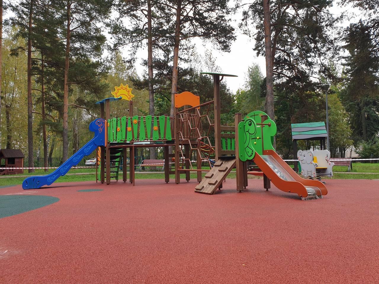 Травмобезопасное покрытие уложили на детской площадке в поселке Остафьево