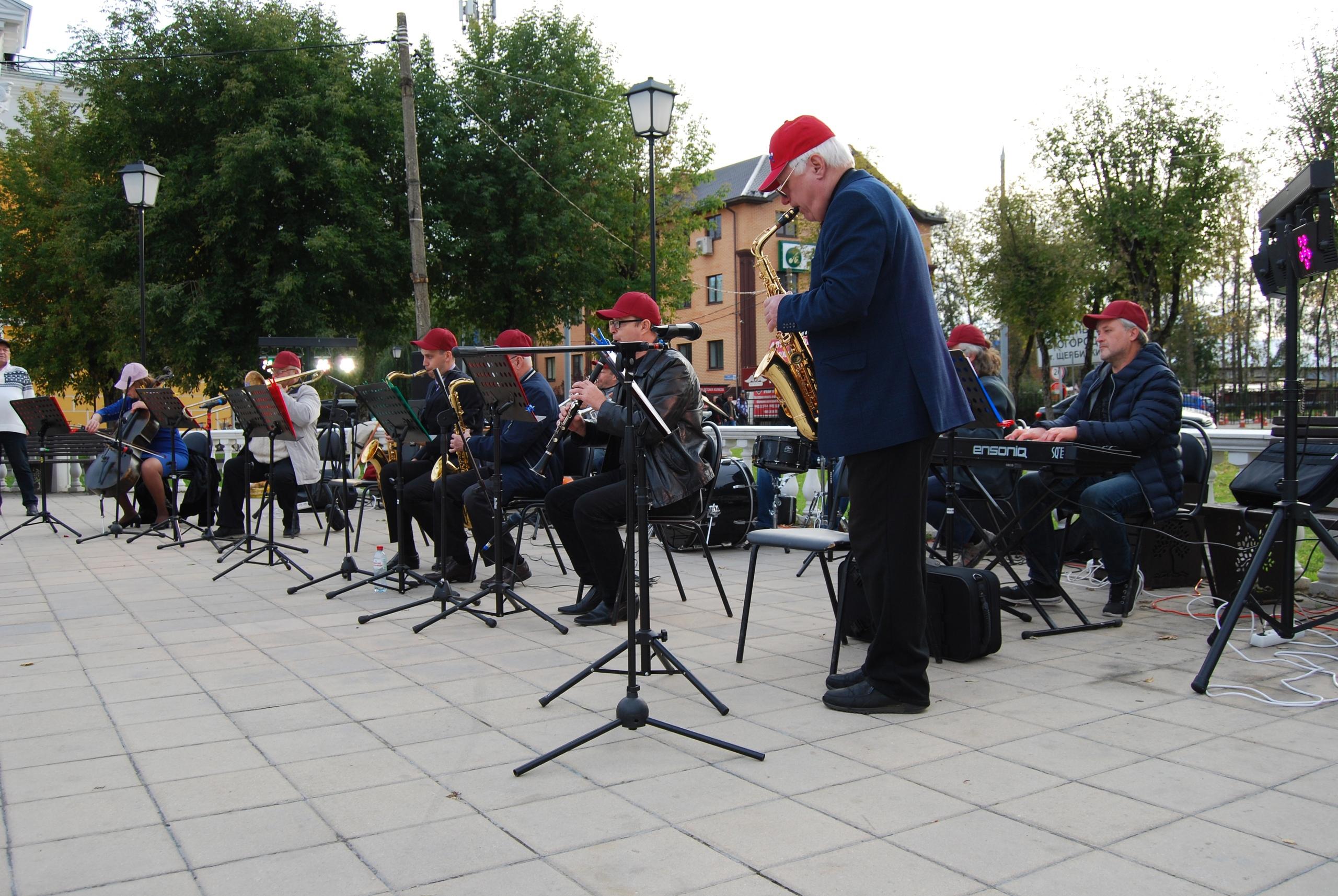 Сотрудники Дворца культуры Щербинки поздравили жителей с праздником