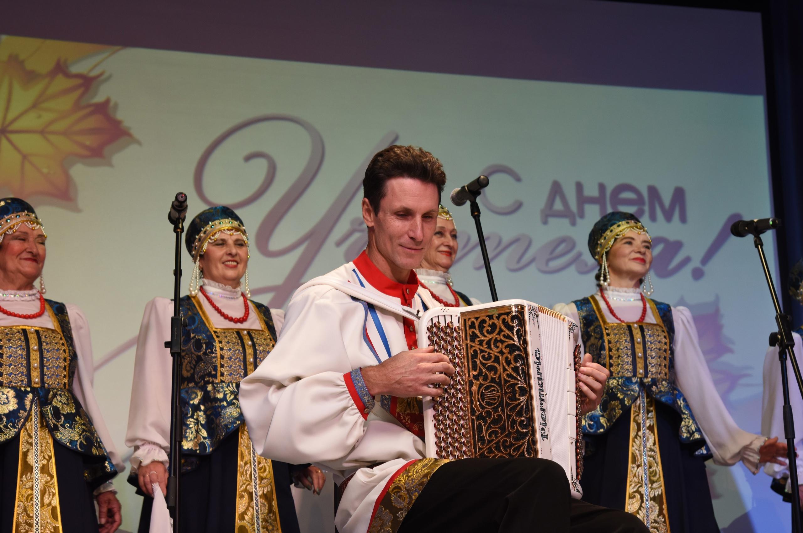 Коллективы Дома культуры «Звездный» Краснопахорского приняли участие в концерте ко Дню учителя